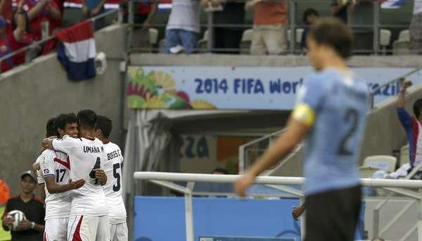 """Equipe costarriquenha comemora gol contra Uruguai na primeira partida do """"grupo da morte"""" da Copa do Mundo, que garantiu a vitória para a única seleção do Grupo D que não tem nenhum Mundial."""