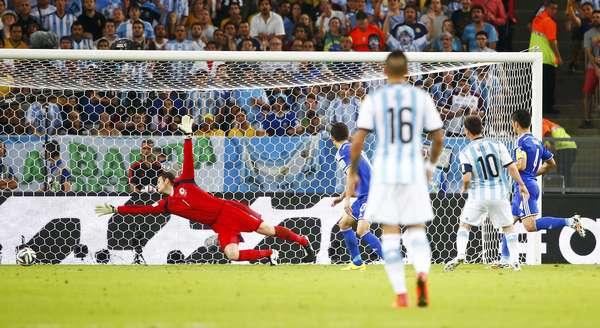 Messi carrega pelo meio, dribla Bicakcic e chuta forte da entrada da área, marcando o segundo gol da Argentina e garantindo a vitória da seleção sul-americana sobre a Bósnia por 2 a 1 na estreia na Copa do Mundo no Maracanã.