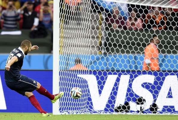Benzema abre o placar para a França em Porto Alegre em cobrança de pênalti. Palacios levou cartão vermelho pela entrada em cima de Pogba e desfalcou a equipe de Honduras na derrota por 3 a 0.