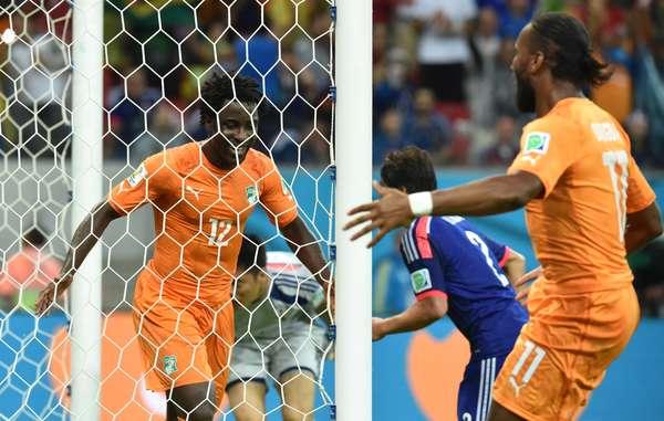 O craque Drogba, que entrou somente no segundo tempo, e o atacante Bony, autor do primeiro gol da Costa do Marfim, fazem a festa com a virada marfinense sobre o Japão após o gol de Gervinho, fechando em 2 a 1 a partida na Arena Pernambuco.