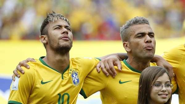 Jogadores da Seleção Brasileira se emocionaram quando o hino nacional foi cantado à capela no Estádio Castelão em Fortaleza, no jogo contra o México; Neymar chorou e David Luiz cantou alto.