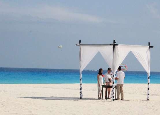 A maioria dos resorts em Cancun oferece um pacote de casamento como um serviço incluso na estada. Para ter uma ideia, enquanto o preço médio de uma diária na região é de R$ 500, o preço para reservar uma data e casar na Paróquia Nossa Senhora do Brasil, em São Paulo, é de R$ 3,5 mil, com espera de dois anos