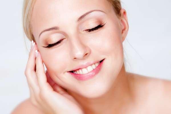 Método também atua em prol do rejuvenescimento e clareia os incômodos pelinhos finos da face, deixando-os loirinhos e com um efeito bastante similar ao promovido pelo descolorante