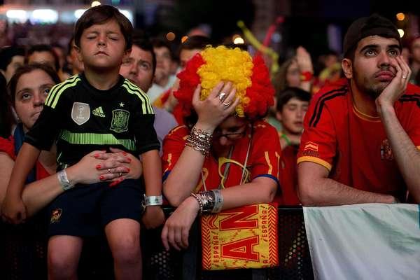 A eliminação antecipada da seleção da Espanha da Copa do Mundo pegou os torcedores espanhóis de surpresa. Durante a exibição da partida contra o Chile, em que a atual campeão do mundo saiu derrotada por 2 a 0, a decepção estava estampada no rosto dos torcedores.