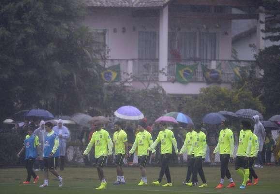 A Seleção Brasileira retornou aos trabalhos nesta quinta-feira na Granja Comary, no Rio de Janeiro, com chuva e frio.