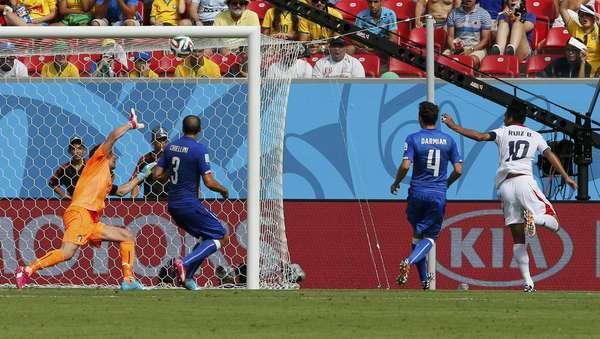 Costa Rica abre o placar contra a Itália com gol de Bryan Ruiz, na Arena Pernambuco.