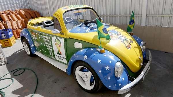 Um grupo de oito casais de Taguatinga, no Distrito Federal, manteve uma tradição iniciada no Mundial de 2010: eles compraram um fusca ano 1978 e personalizaram com as cores verde e amarela. O investimento total ficou em R$ 2600: R$ 1400 da compra e R$ 1200 da reforma.