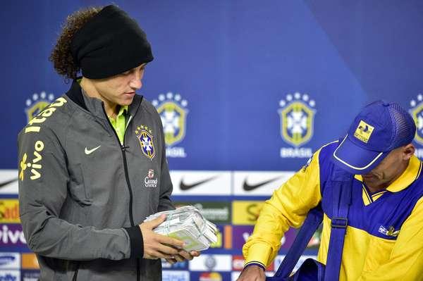 Durante entrevista coletiva nesta sexta-feira, David Luiz e Marcelo receberam, em nome da Seleção Brasileira, cartas de torcedores entregues pelos Correios na Granja Comary