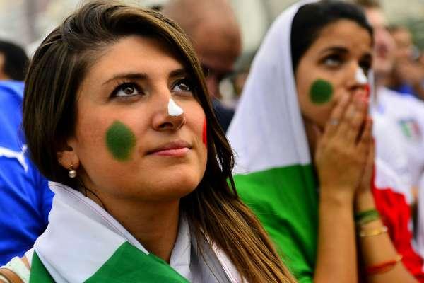 Torcedores da Itália e da Costa Rica pintaram o rosto para assistir ao jogo entre as seleções, nesta sexta-feira, na Fan Fest em Copacabana, no Rio de Janeiro