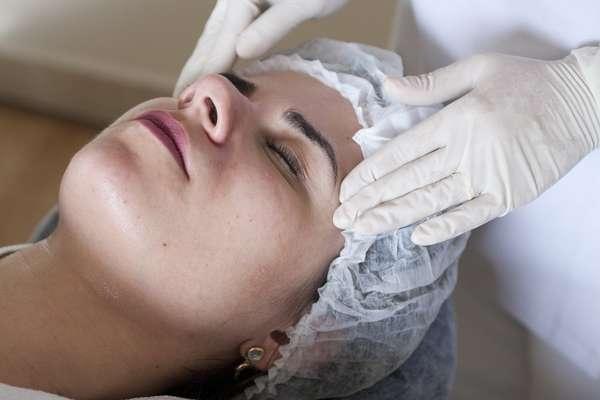 Com duração de uma hora, a terapia começa com a higienização da face. Nesta etapa, aplica-se um gel de limpeza com movimentos suaves