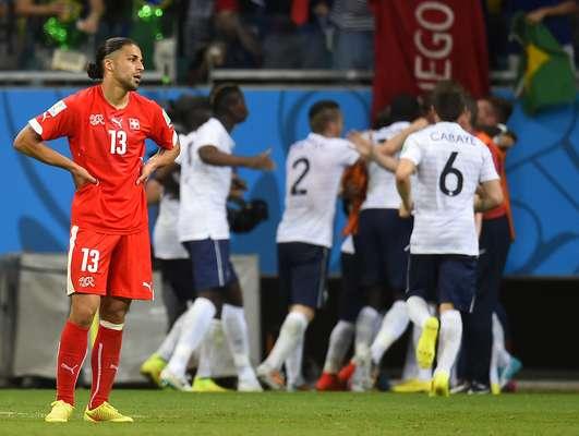 Franceses comemoram gol em cima da Suíça em partida na Arena Fonte Nova, em Salvador. A equipe francesa massacrou a seleção suíça e venceu por 5 a 2.