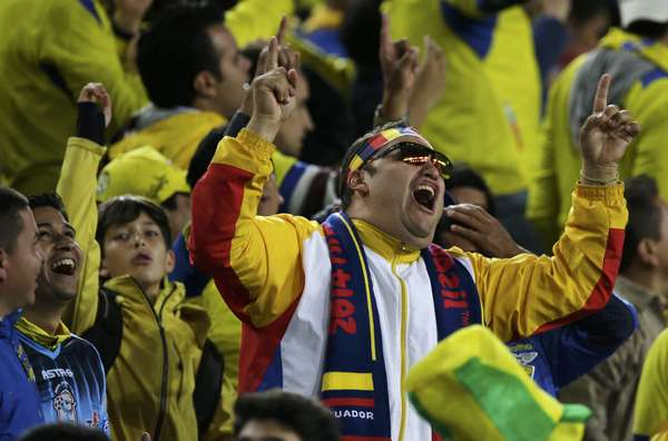 A torcida do Equador fez a festa na Arena da Baixada, em Curitiba, após a virada de 2 a 1 contra Honduras, na noite desta sexta-feira; a partida valeu pela segunda rodada do Grupo E.