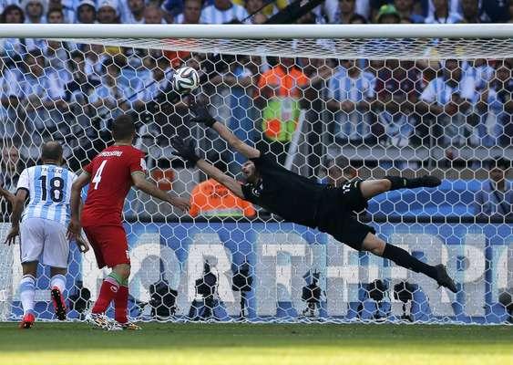 Messi finaliza e não deixa chance para o goleiro iraniano fazer a defesa. O craque argentino garantiu a vitóriadurante jogo no Estádio do Mineirão, em Belo Horizonte.