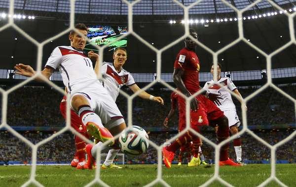 Em escanteio cobrado da esquerda, Höwedes desvia na primeira trave e Klose completa para o fundo da rede, deixando novamente tudo igual entre Gana e Alemanha.