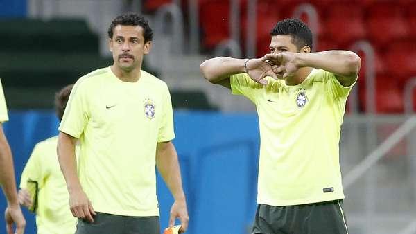 A Seleção Brasileira realizou na noite deste domingo treino de reconhecimento do campo no Estádio Mané Garrincha, em Brasília, onde nesta segunda-feira enfrentará a seleção de Camarões pelo Grupo A. A surpresa ficou por conta do visual de Fred, que adotou o bigode.