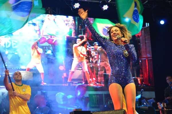 A cantora Claudia Leitte realizou, neste sábado (21), em Pernambuco, seu primeiro show após a apresentação na abertura da Copa do Mundo, no último dia 12