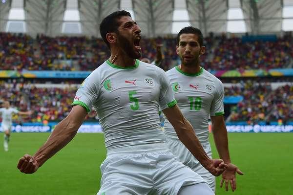 Halliche comemora após marcar o segundo gol da Argélia sobre a Coreia do Sul no Estádio Beira-Rio, em Porto Alegre. Com a vitória por 4 a 2, a equipe africana quebra um tabu: não vencia desde 1982 em Copas do Mundo.
