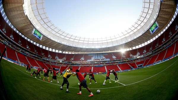 Seleção de Camarões realizou na tarde deste domingo treino de reconhecimento do campo no estádio Mané Garrincha, em Brasília. Amanhã, às 17h, os jogadores enfrentam a Seleção Brasileira, em jogo válido pelo Grupo A.