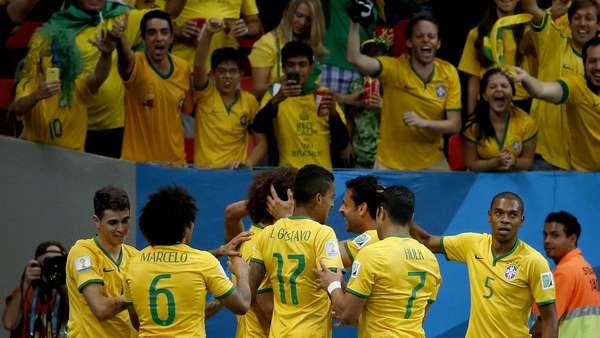 Jogadores da Seleção comemoram o terceiro gol da partida contra Camarões, que terminou com vitória por 4 a 1 para o Brasil. Com dois gols de Neymar, um de Fred e um de Fernandinho, o Brasil garantiu o primeiro lugar no grupo A e pega o Chile nas oitavas-de-final.