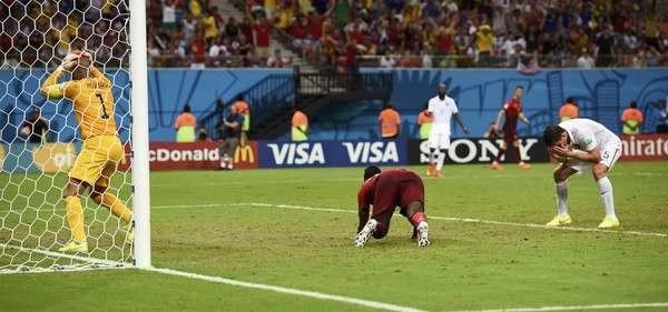 Tim Howard lamenta o gol de empate português após cabeçada de Varela. A partida entre Estados Unidosx Portugalterminou empatada em 2 a 2 na Arena Amazônia, em Manaus