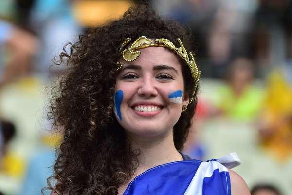 Torcedores da Grécia vibram com a inédita classificação da seleção para as oitavas de final da Copa. Com um pênalti no último minuto, a seleção venceu por 2 a 1 a Costa do Marfim, que acabou eliminada; a partida ocorreu na Arena do Castelão, em Fortaleza.