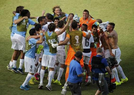 Jogadores uruguaios comemoram a classificação às oitavas de final, após vitória por 1 a 0 contra a Itália.