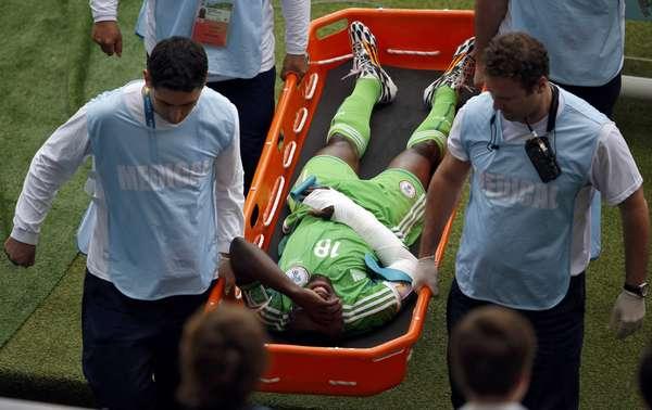 O meia nigeriano Michael Babatunde tem o braço imobilizado e é retirado de campo pós ter a mão atingida por uma bolada no jogo contra a Argentina, no Estádio Beira-Rio, em Porto Alegre