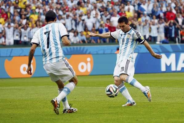 Logo no início do jogo contra a Nigéria, Messi marcou o primeiro gol da Argentina