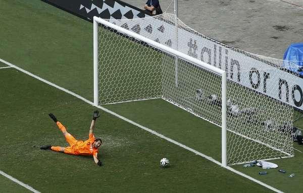 A Bósnia abre o placar contra o Irã, com gol de Dzeko, na Arena Fonte Nova, em Salvador.