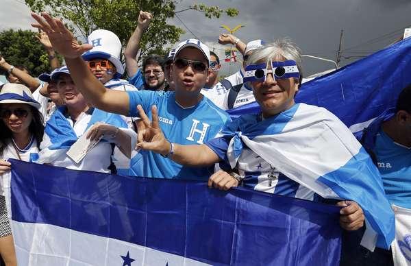 Torcidas de Honduras e Suíça começam a chegar à Arena Amazônia, em Manaus, para assistir ao jogo das duas seleções; partida decide o futuro das seleções na Copa