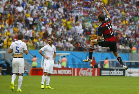 Müller comemora quarto gol nesta Copa do Mundo, o primeiro da Alemanha contra os Estados Unidos, na Arena Pernambuco.