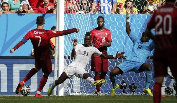 Cristiano Ronaldo se prepara para chutar a bola e marcar segundo gol de Portugal, no Estádio Mané Garrincha, em Brasília.