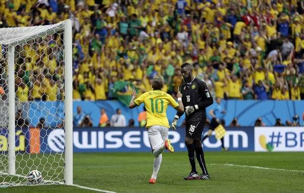 Neymar comemora o primeiro gol da partida contra Camarões, em que o atacante brilhou na vitória brasileira. O camisa 10 marcou quatro gols na primeira fase da Copa do Mundo