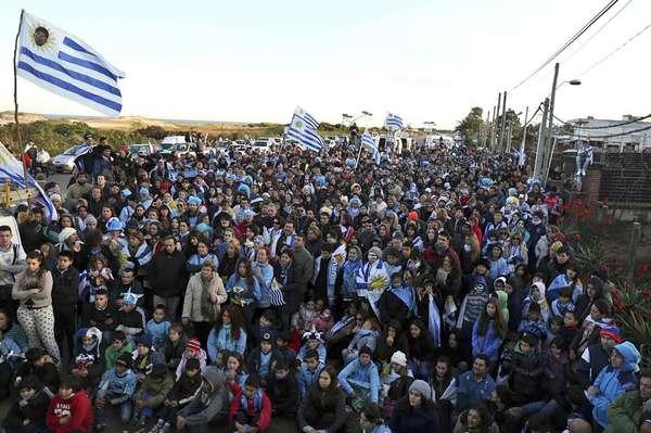 Uma multidão acompanhou neste sábado a eliminação do Uruguai da Copa, que jogou contra a Colômbia no Maracanã, no Rio, em frente à casa de Luis Suárez, que foi excluído da Copa após morder o jogador da Itália