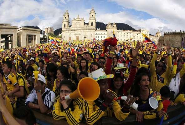 Em Bogotá os colombianos festejaram nas ruas a classificação do país para as quartas de final após a vitória por 2 a 0 contra o Uruguai, no Estádio do Maracanã, no Rio; na próxima fase, a Colômbia enfrentará o Brasil