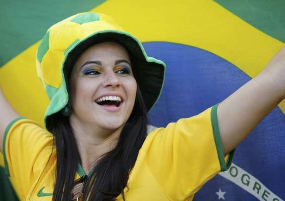 Torcedores de Brasil e Chile se divertem neste sábado e colorem o Estádio do Mineirão, em Belo Horizonte. A partida é a primeira das oitavas de final da Copa do Mundo de 2014