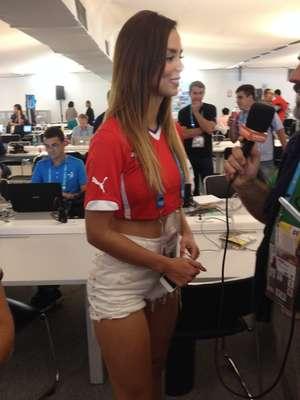 Com pernas e barriga de fora, a modelo e repórter chilena Alejandra Nuñez Hernandez foi o destaque deste sábado na área de imprensa do Estádio do Mineirão, antes de Brasil x Chile, jogo válido pelas oitavas de final da Copa do Mundo de 2014.