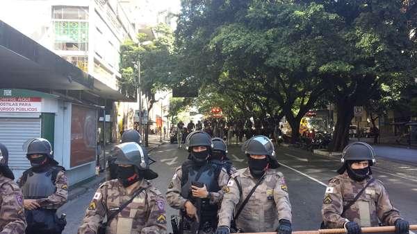 Protestos acontecem, neste sábado, na capital mineira, onde acontece jogo entre Brasil e Chile, no Estádio do Mineirão, pelas oitavas de final. A tropa de choque está no local