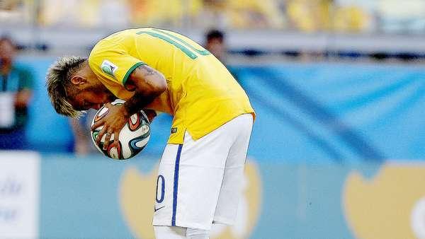 """Uma puxada de camisa, uma cabeçada, uma reação e um """"voo"""" em campo. Principalmente pelo nervosismo, o jogo entre Brasil e Chile, no Mineirão, em Belo Horizonte, teve lances e detalhes que a maioria dos torcedores não percebeu"""