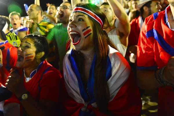 A partida decisiva entre Costa Rica x Grécia reuniu milhares de torcedores nas areias de Copacabana, na Fifa Fan Fest, neste domingo. E a emoção tomou conta, principalmente, porque o jogoque aconteceu na Arena Pernambuco, em Recife, terminou nos pênaltis. A Costa Rica levou a melhor e se classificou, eliminando a Grécia.
