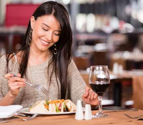 Comer de três em três e horas e mastigar devagar são dois cuidados muito importantes para manter o peso, principalmente no inverno. Se mastigarmos com calma e bem, a quantidade de alimentos consumida será consideravelmente reduzida, afirma Karla Leal, nutricionista da PronoKal Brasil