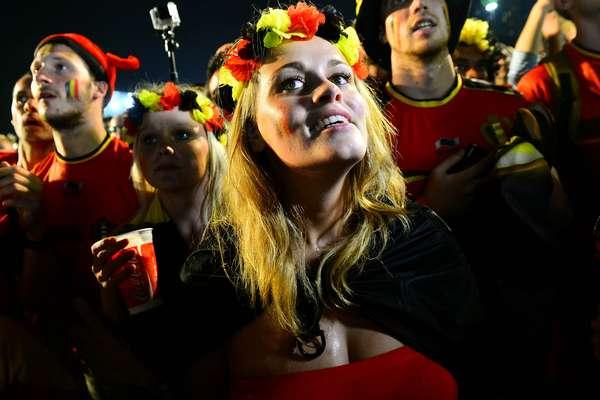A praia de Copacabana tem festa belga após a vitória por 2 a 1 da seleção europeia sobre os Estados Unidos na partida que garantiu vaga nas quartas de final. Centenas de torcedores foram até o local acompanhar a transmissão da partida na Fan Fest carioca; a seleção americana está fora do mundial.