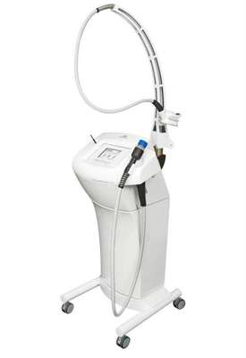 Chamado de Med Contour, o aparelho associa dois transdutores de ultrassom de alta e baixa potência, que agem simultaneamente na área tratada, com uma ponteira que promove a sucção na pele