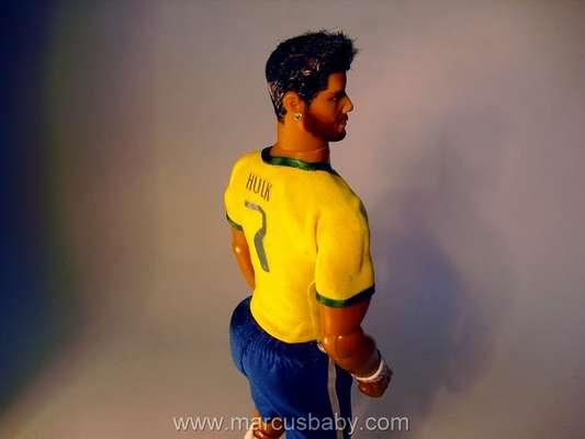O artista Marcus Baby levou 15 dias para criar um boneco que reproduz a silhueta do jogador Hulk, da seleção brasileira, conhecido por seu bumbum avantajado.