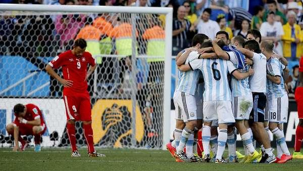 Seferovic lamenta eliminação da Suíça enquanto a equipe argentina comemora a vitória por 1 a 0 na prorrogação que garantiu a equipe nas quartas de final da Copa do Mundo.
