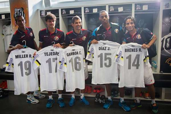 Jogadores da Costa Rica receberam uma homenagem nesta quarta-feira; classificada para as quartas de final da Copa do Mundo de 2014, seleção recebeu uniformes personalizados do Santos FC, que hospeda a equipe em suas dependências durante o torneio