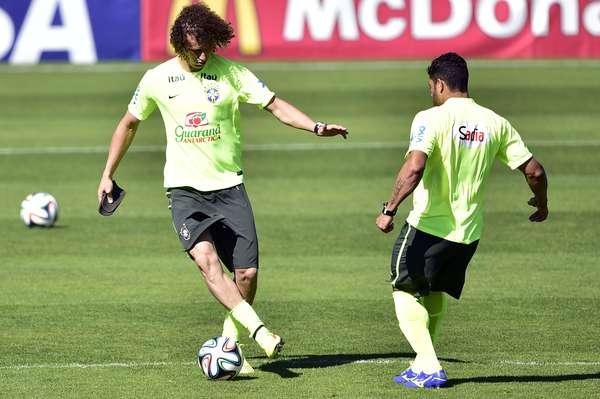 A dois dias do jogo contra a Colômbia, pelas quartas de final da Copa do Mundo de 2014, a Seleção Brasileira realizou treino na Granja Comary. Na foto, David Luiz e Hulk