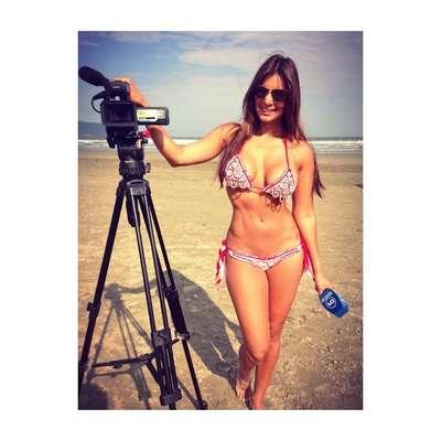 Apresentadora, modelo e jornalista da Costa Rica, Jale Berahimi postou nesta quarta-feira uma foto em que aparece de biquini durante uma gravação