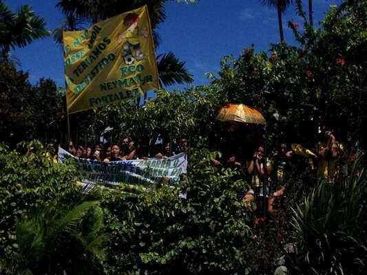 Cerca de 50 torcedoras fazem plantão no hotel Marina Park, em Fortaleza, onde a Seleção Brasileira está hospedada antes do jogo decisivo contra a Colômbia, na sexta-feira. A bandeira brasileira gigante que está sendo assinada por torcedores das cidades pelas quais a Seleção passa também estava no local