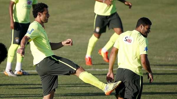 Fred brinca com Hulk durante treino da Seleção Brasileira no Estádio Presidente Vargas, em Fortaleza, antes de partida decisiva contra a Colômbia pelas quartas de final da Copa do Mundo